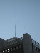 小学館上空に飛行機雲